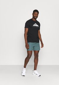 Nike Performance - TEE TRAIL - T-shirt print - black - 1