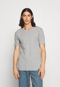 Newport Bay Sailing Club - V NECK 3 PACK - Basic T-shirt - navy/grey marl/off white - 3