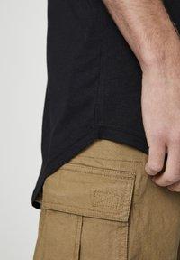 PULL&BEAR - MIT LANGER PASSFORM - T-shirts basic - black - 5