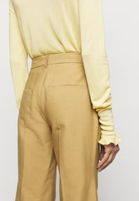 Victoria Beckham - WIDE BOOTCUT TROUSER - Trousers - taupe - 4