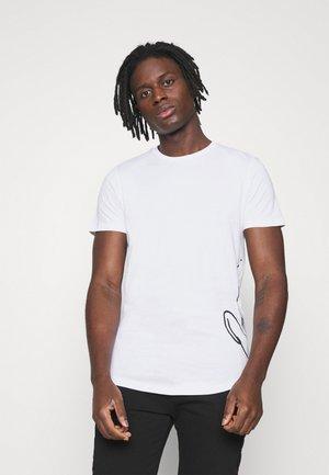 JORSCRIPTT CURVED TEE - Print T-shirt - white