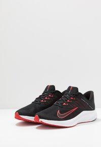 Nike Performance - QUEST 3 - Neutrální běžecké boty - black/university red/white - 2