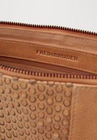 FREDsBRUDER - NICKI - Across body bag - sand - 4