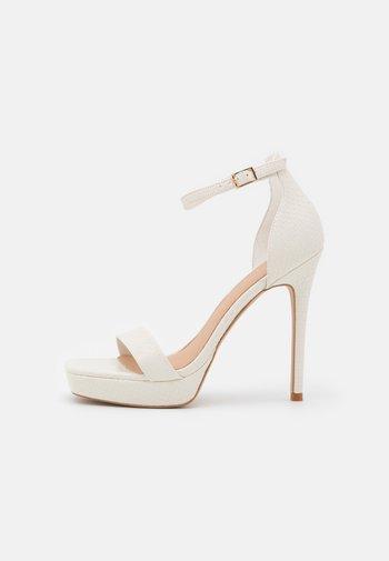 SCARLETT - Sandalen met plateauzool - white