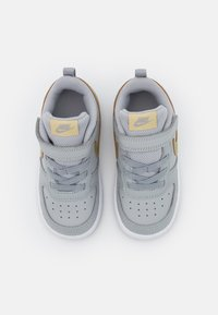 Nike Sportswear - COURT BOROUGH 2 UNISEX - Zapatillas - light smoke grey/metallic gold star/iron grey - 3