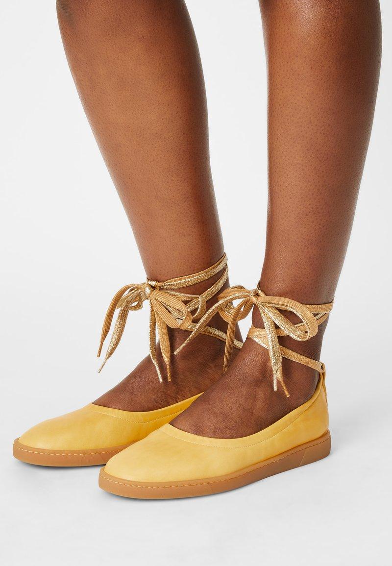 Oa non fashion - Ankle strap ballet pumps - yellow