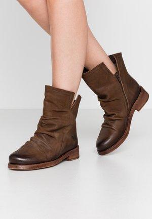 SERPA - Classic ankle boots - morat cobre