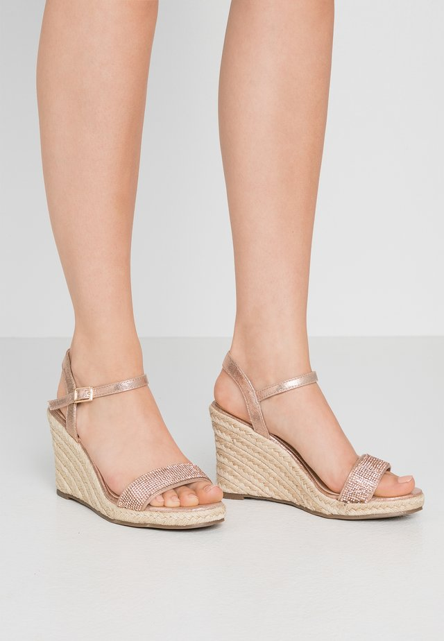 RAA-RAA EMBELLISHED VAMP WEDGE - Sandaler med høye hæler - rose gold
