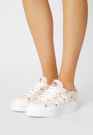 NIZZA PLATFORM  - Sneakersy niskie - white/rose tone
