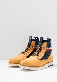 Levi's® - JAX LITE SPORTSWEAR - Botines con cordones - regular yellow - 2