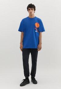 PULL&BEAR - MIT KUGEL UND WÄRMEKARTE - Print T-shirt - blue - 1