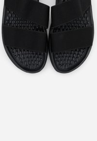 Crocs - LITERIDE STRETCH  - Kapcie - black - 5