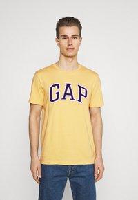 GAP - BAS ARCH - Print T-shirt - gold wash - 0