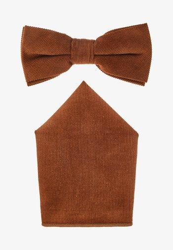 ONSTBOX THEO BOW TIE HANKERCHIEF SET - Kapesník do obleku - cognac