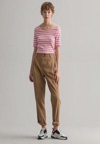 GANT - GANT DAMEN SHIRT KURZARM - Print T-shirt - sea pink - 1