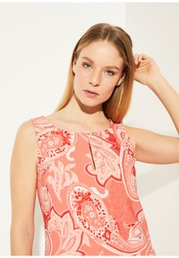 comma - MIT ALLOVER-PRINT - Day dress - coral paisley print - 3