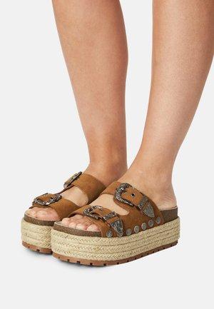 BIRDY - Pantofle na podpatku - brown