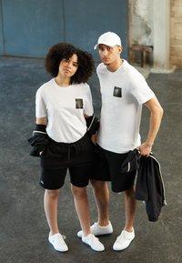 Lacoste - POLAROID UNISEX  - T-shirt print - white - 3
