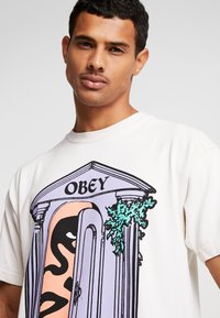 Obey Clothing - MAUSOLEUM - Printtipaita - cream - 4