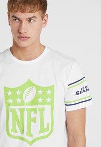 New Era - NFL BADGE TEE - Club wear - white - 4