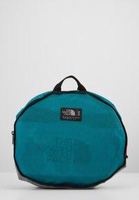 The North Face - BASE CAMP DUFFEL M UNISEX - Sports bag - fanfare green/black - 6