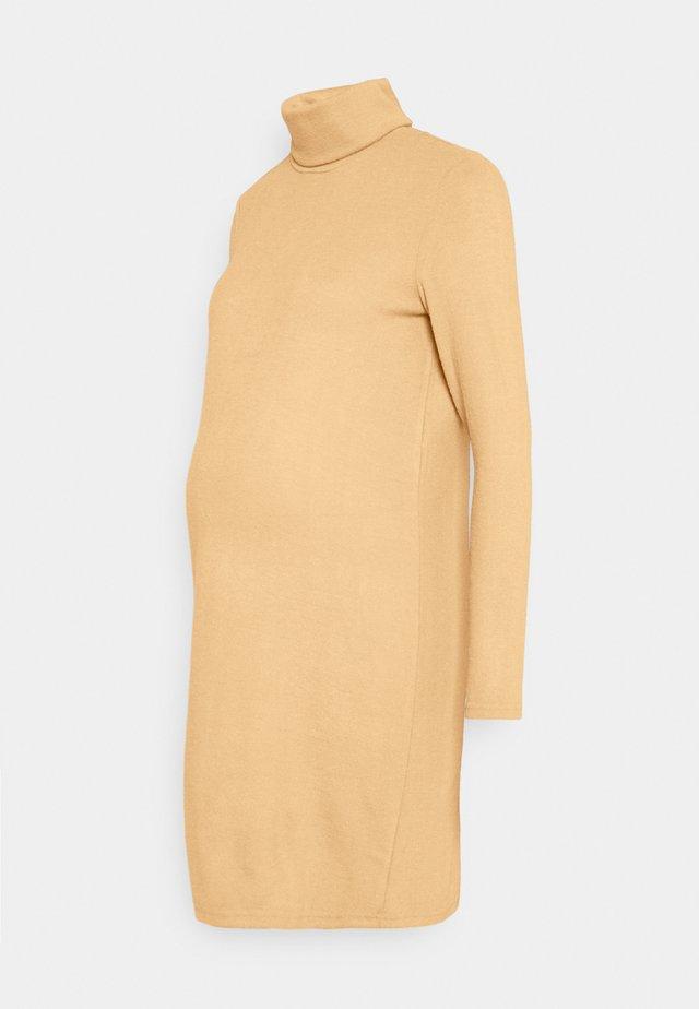 PCMPAM HIGH NECK DRESS - Pletené šaty - warm taupe