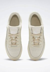 Reebok Classic - CLUB C 85 SHOES - Trainers - white - 2