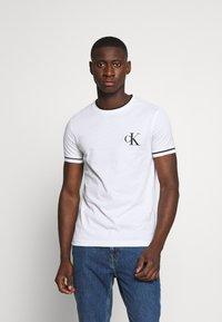 Calvin Klein Jeans - TIPPING CK ESSENTIAL TEE - Print T-shirt - bright white - 0