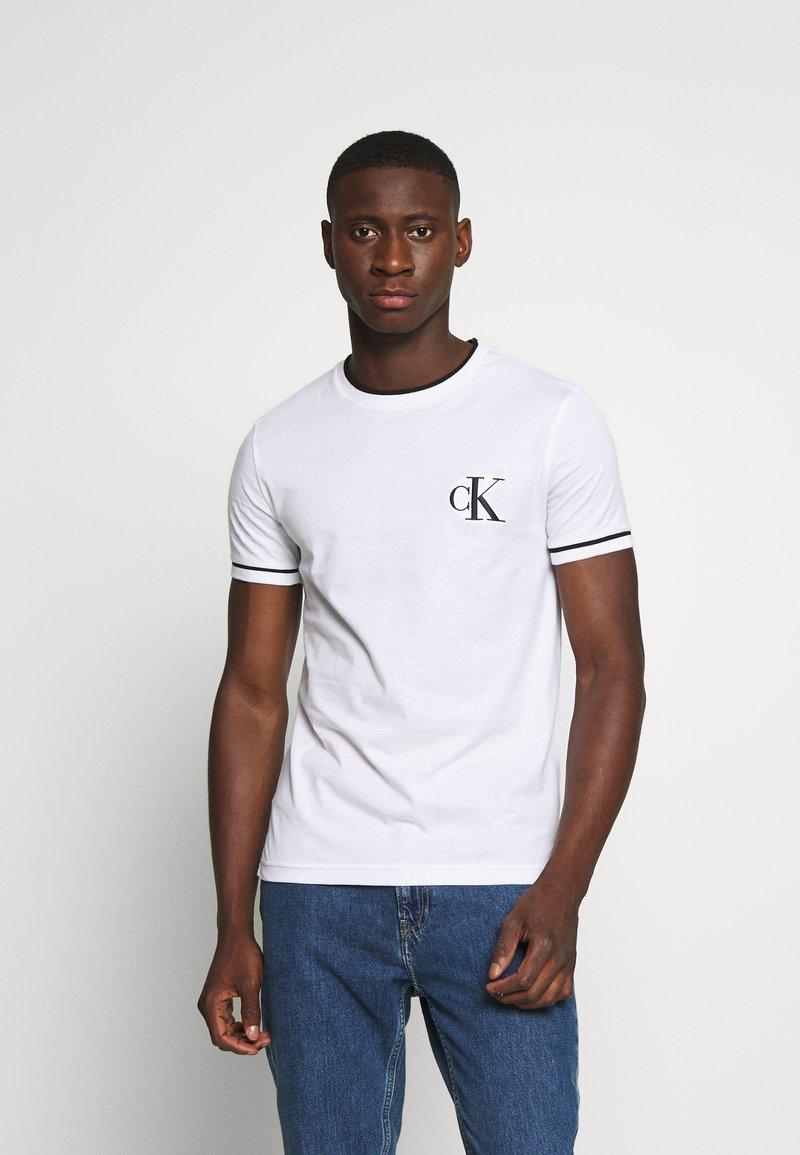 Calvin Klein Jeans - TIPPING CK ESSENTIAL TEE - Print T-shirt - bright white