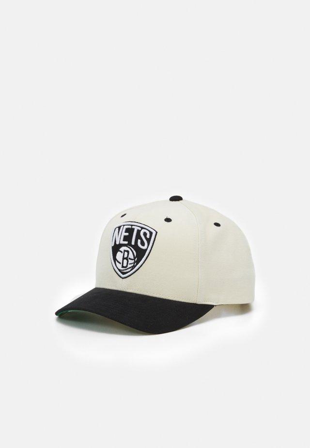 NBA BROOKLYN NETS PRO CROWN - Lippalakki - white/black