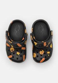 Crocs - CLASSIC FOOD - Sandały kąpielowe - black - 3