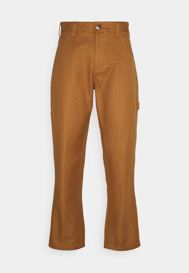FAIRDALE - Pantalon classique - brown duck