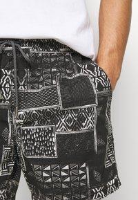 Cotton On - HOFF - Shorts - black/white - 4