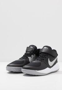 Nike Performance - TEAM HUSTLE D 9 FLYEASE UNISEX - Obuwie do koszykówki - black/metallic silver/wolf grey - 3