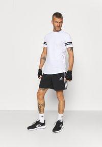Jack & Jones Performance - JCOZDOUBLE STRIPE TEE 2 PACK - T-shirt med print - black/white - 0