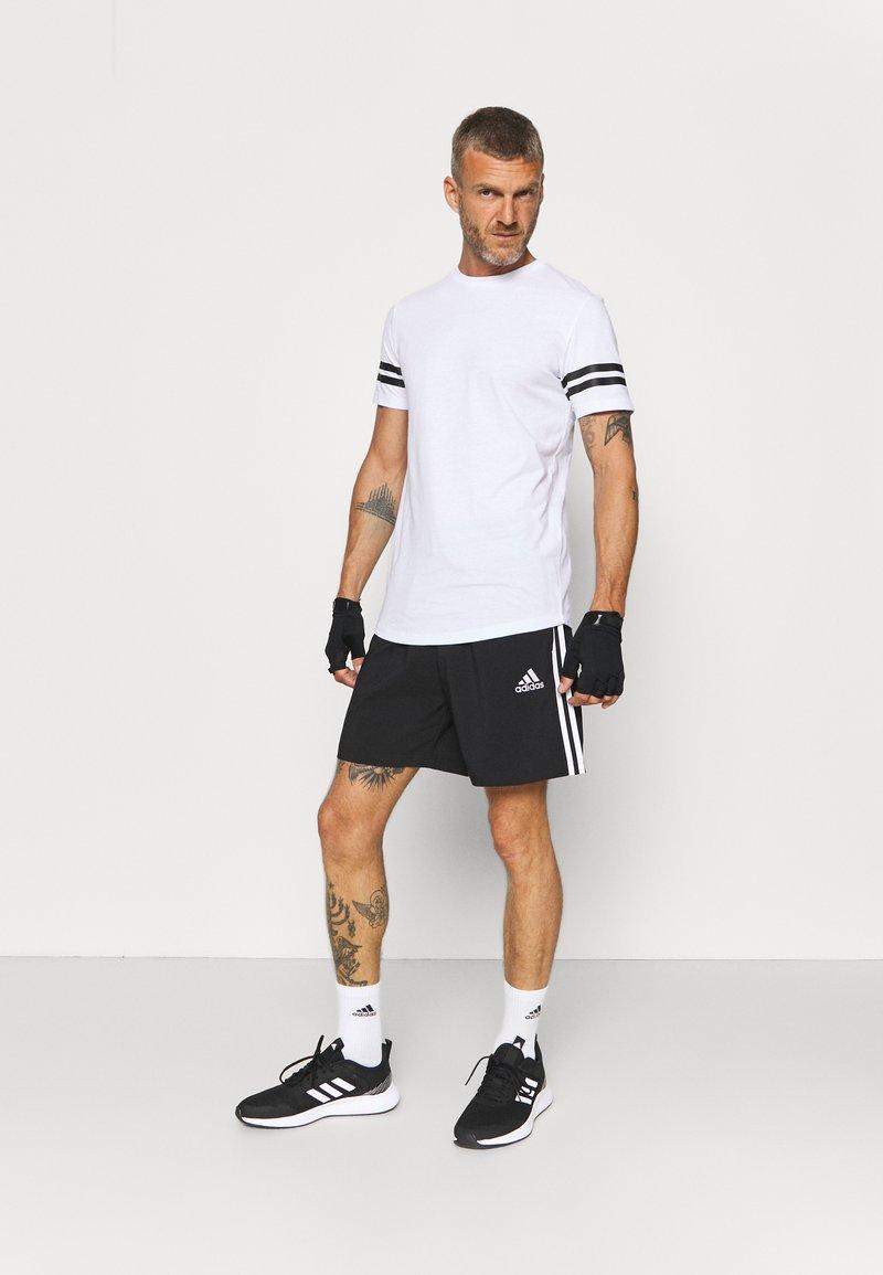 Jack & Jones Performance - JCOZDOUBLE STRIPE TEE 2 PACK - T-shirt med print - black/white
