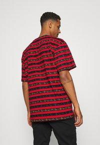 Karl Kani - STRIPE TEE - T-shirt con stampa - red - 2