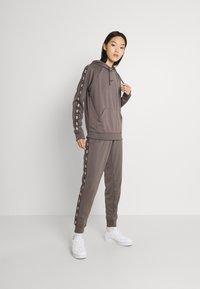 Nike Sportswear - TAPE PANT - Joggebukse - cave stone - 1