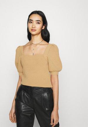 SQUARE NECK - T-shirt med print - camel