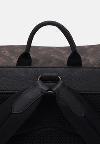 Coach - HITCH BACKPACK HORSE AND CARRIAGE PRINT UNSEX - Rucksack - truffle - 4