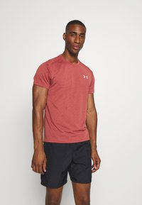 Under Armour - STREAKER SHORTSLEEVE - Camiseta estampada - cinna red - 0
