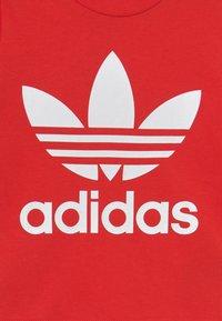 adidas Originals - TREFOIL TEE UNISEX - Print T-shirt - red/white - 2