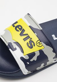 Levi's® - POOL UNISEX - Mules - navy/lime - 5