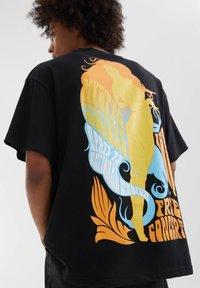 PULL&BEAR - Print T-shirt - mottled black - 4