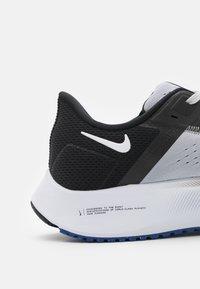 Nike Performance - AIR ZOOM PEGASUS 38 - Neutrala löparskor - wolf grey/white/black/hyper royal/particle grey - 5