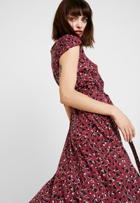 Dorothy Perkins - VNECK SHORT SLEEVE MIDI FIT AND FLARE DRESS - Day dress - red - 4