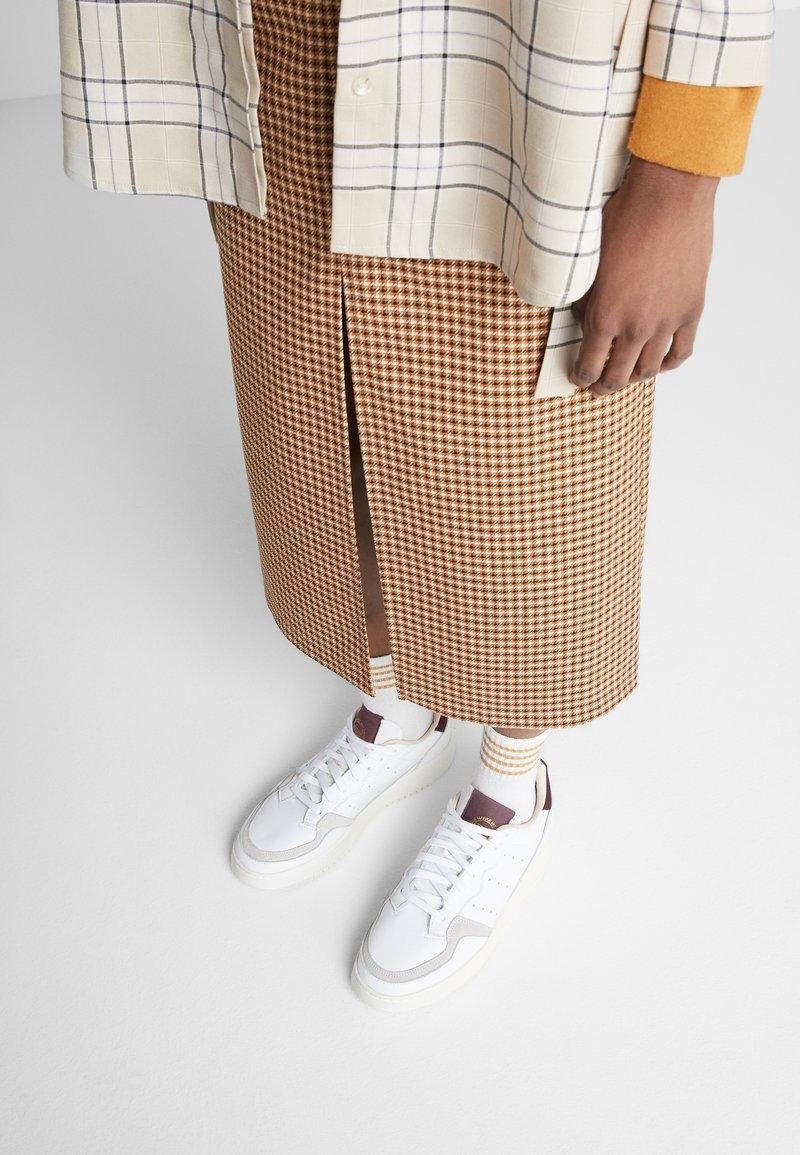 adidas Originals - SUPERCOURT - Sneakersy niskie - footwear white/maroon