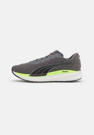 MAGNIFY NITRO - Neutral running shoes - castlerock/green glare