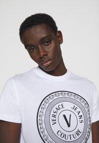 Versace Jeans Couture - MOUSE - Camiseta estampada - white - 3