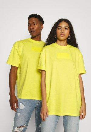 SMALL SIGNATURE BOX TEE UNISEX  - T-shirt imprimé - yellow